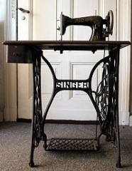 200px-Singer_sewing_machine_table.jpg
