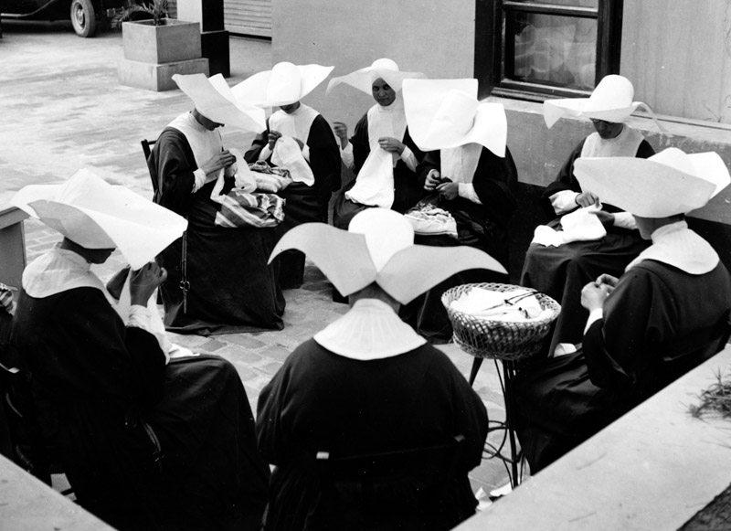 Le suore cappellone intente a ricamare all'interno dell'Istituto Santo Stefano di Porto Potenza Picena. Fototeca Comunale Bruno Grandinetti.