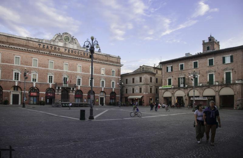 Jesi : la piazza della Repubblica, il Teatro e le Logge