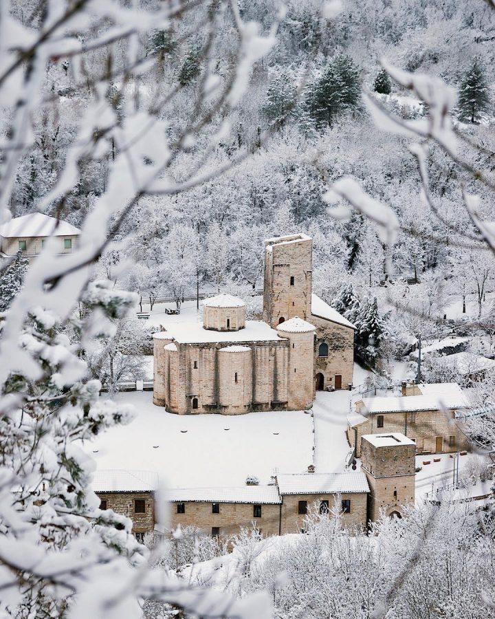 l'Abbazia di S.Vittore delle Chiuse sotto la neve foto di Alessandra Bazzucchini