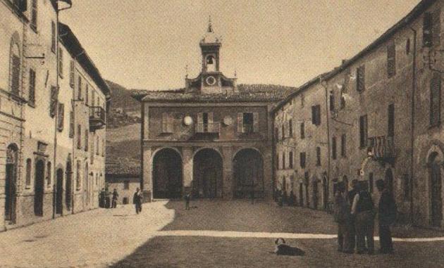 la Piazza di S.Agata Feltria con il Palazzo del Teatro e del Comune, in una foto d'epoca