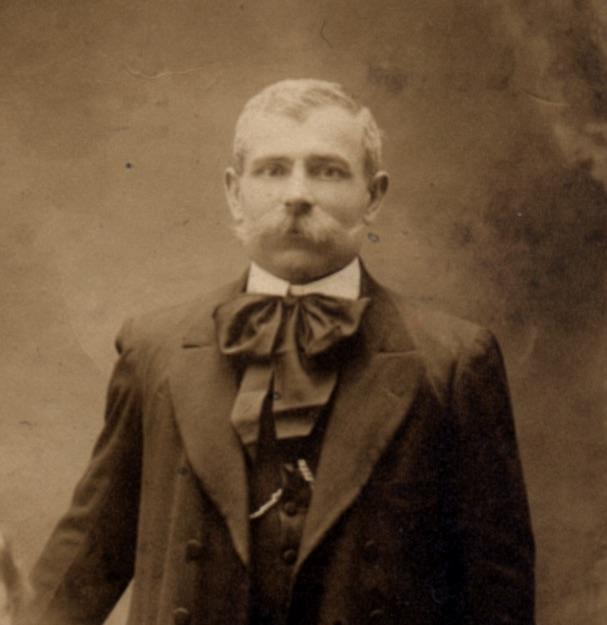 nonno Sante, con la classica cravatta anarchica alla Lavallère